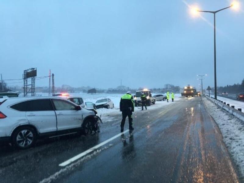 Buzlanan yolda zincirleme kaza: 4 yaralı