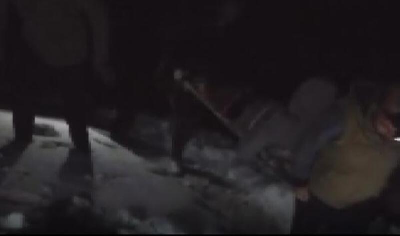 Hastayı karlı yolda merdivenle taşıdılar
