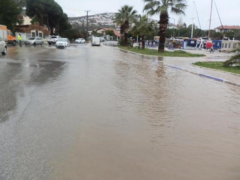 Foça'da şiddetli yağmur; dereler taştı, su baskınları oldu