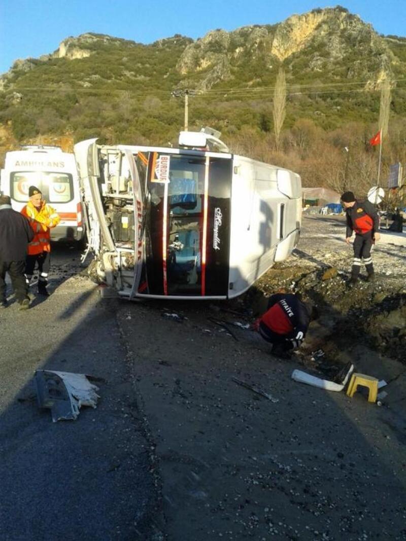 Burdur'da yolcu midibüsü, şarampole devrildi: 6 yaralı