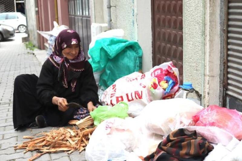 63 yaşındaki kadın 15 yıldır çıra satarak geçimini sağlıyor