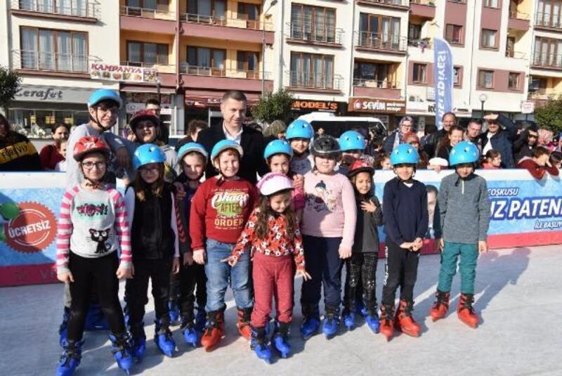 Çan'da öğrenciler buz pateni keyfi yaşadı