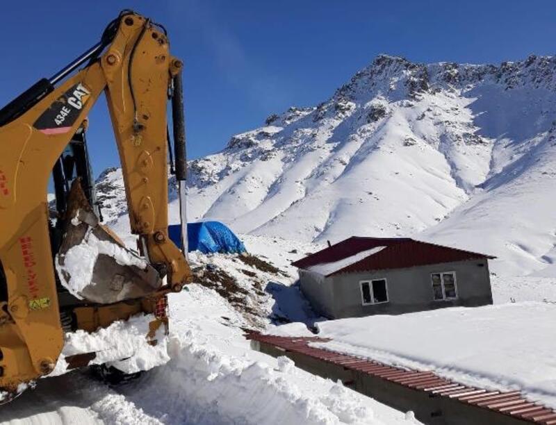Karda mahsur kalan 5 kişilik aile, iş makinesiyle kurtarıldı