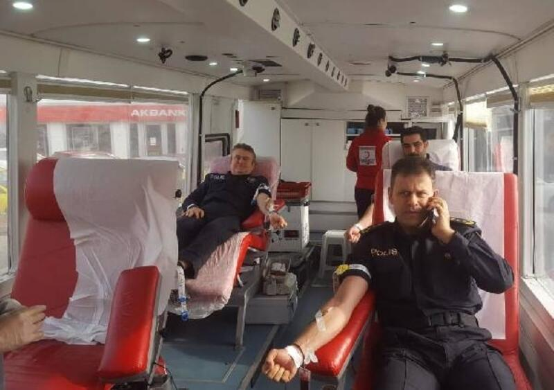 Gelibolu'da emniyet personeli kan bağışında bulundu