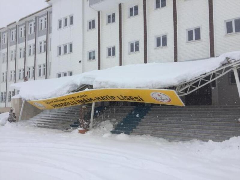 Adıyaman'da okulun girişindeki çatı kardan çöktü