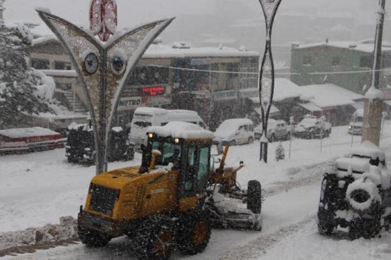 Şemdinli ve Derecik'te yollar kardan kapandı
