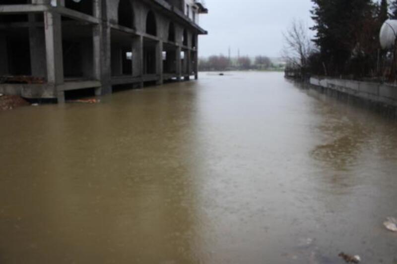 Menfez tıkandı, inşaat alanı sularla doldu