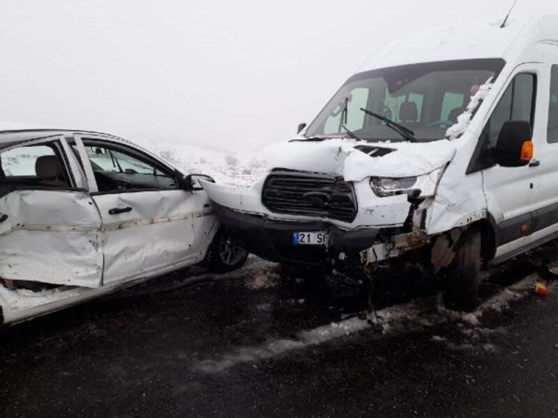 Kardeşlerin kullandığı araçlar çarpıştı: 1 ölü, 8'i öğretmen 10 yaralı