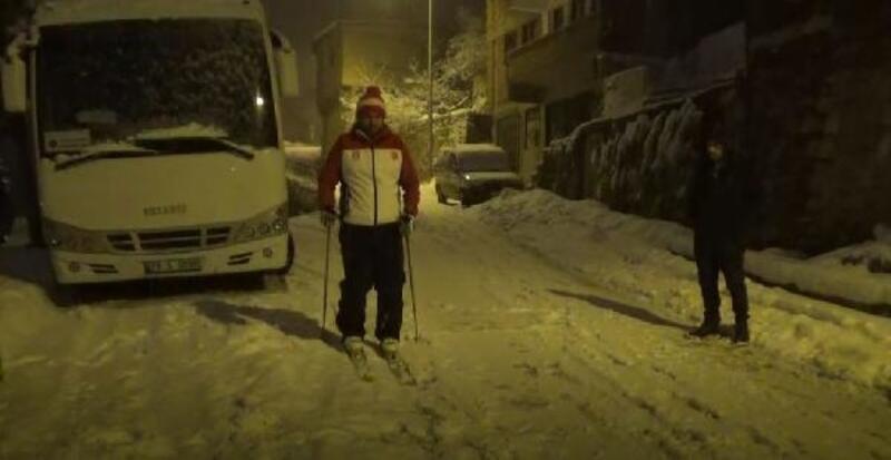Milli sporcu, cadde ve sokaklarda kayak yaptı