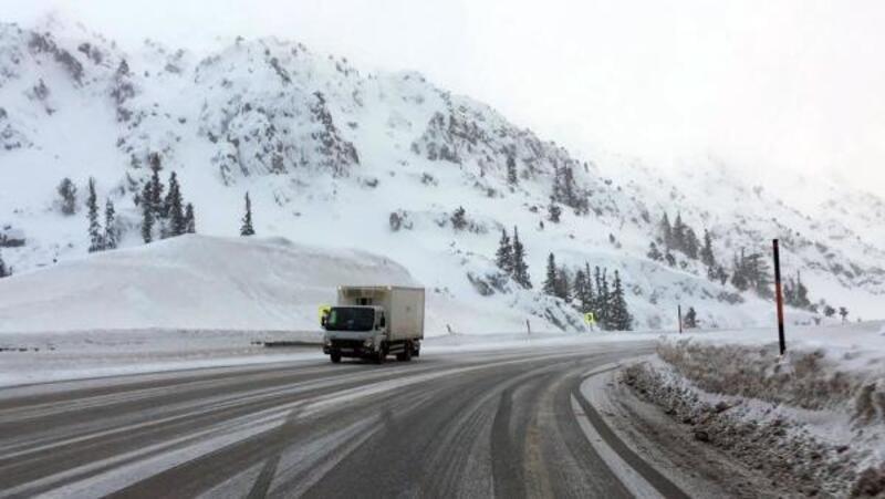 Antalya- Konya Karayolu'nda kar ulaşımı aksatıyor
