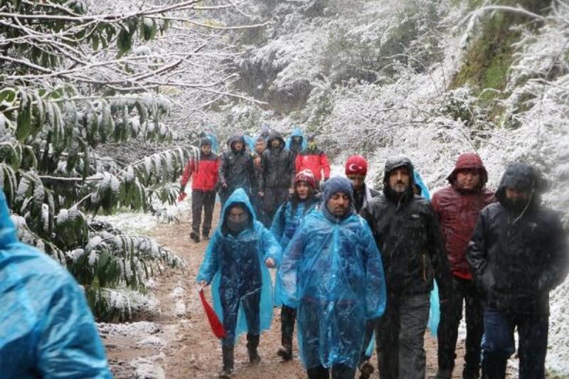 Kar yağışı altında Sarıkamış şehitleri için yürüdüler