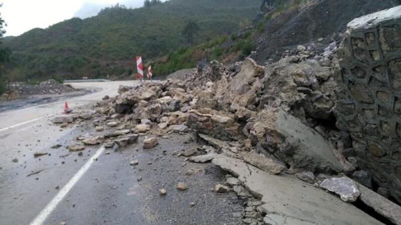 Kozan'da istinat duvarı çöktü; yol trafiğe kapandı