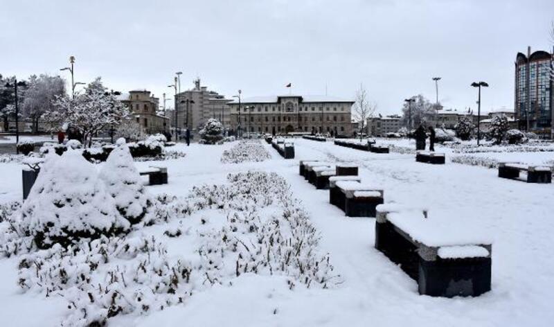 Sivas'ta kar, 432 köy yolunu kapattı