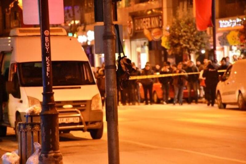 Malatya'da trafik ışıklarına asılı çanta fünye ile patlatıldı