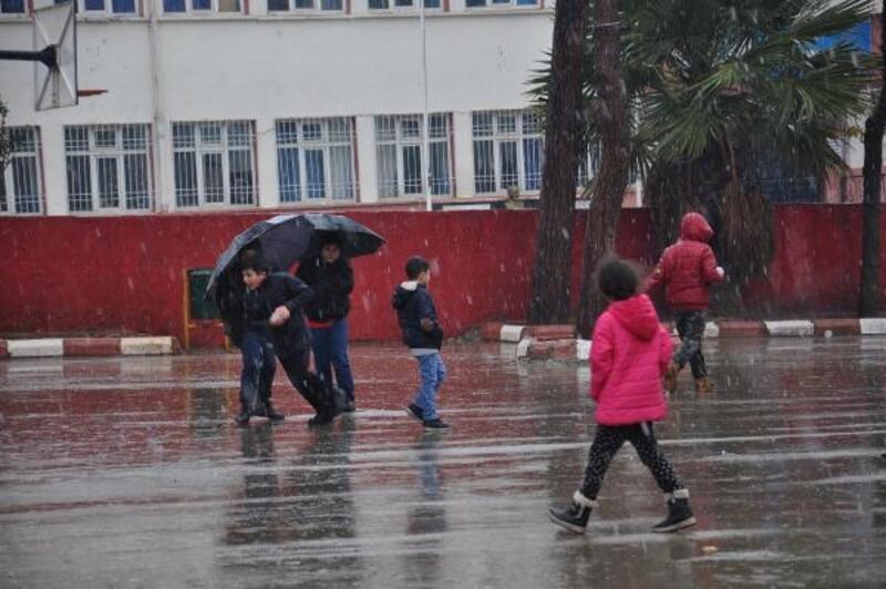 İslahiye'de kar yağışı çocukları sevindirdi