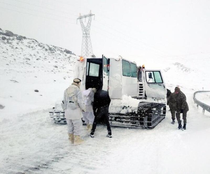 Çıldır'da karda mahsur kalanları Mehmetçik kurtardı