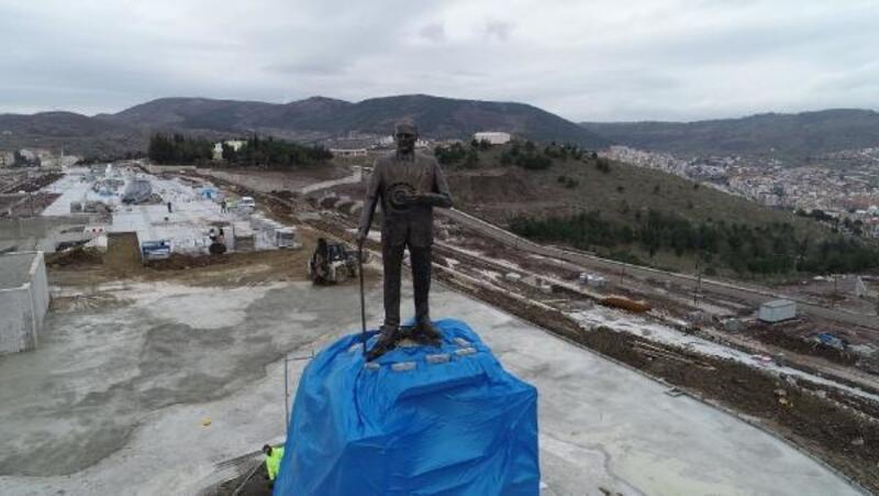 Balıkesir'de Atatürk Anıtı'nın montajı sürüyor