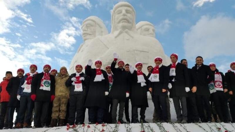 Şehit Mehmetçikler'in kardan heykellerine yoğun ilgi
