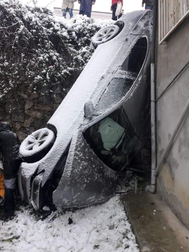 Karlı yolda kayıp, bahçeye düşen otomobilin sürücüsü öldü