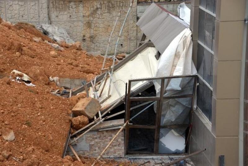 Rezidansın istinat duvarı yağmurda yıkıldı