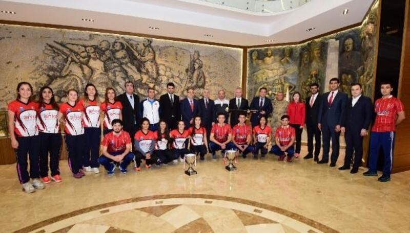 Hokeyin şampiyonları Vali Gül'ü ziyaret etti