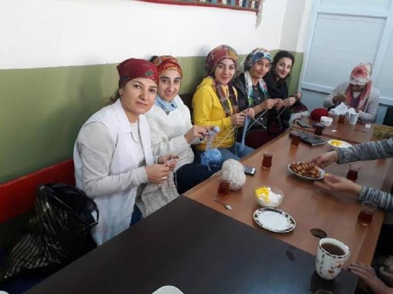 Beytüşşebap'ta kadınlar Mehmetçik için ördü
