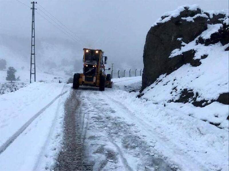 Kaş'ta 20 saatte yarım metre kar yağdı, kapanan yollar açıldı