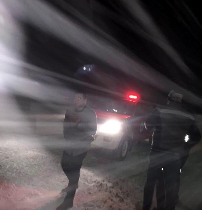 Karda mahsur kalan 5 kişiyi itfaiye kurtardı