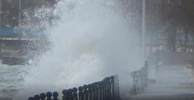 Silivri'de fırtına dev dalgalar oluşturdu