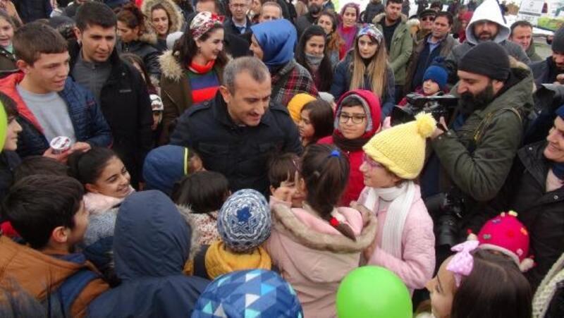 Tuncelili çocuklar, mangal partisinde Vali Sonel ile kar topu oynadı