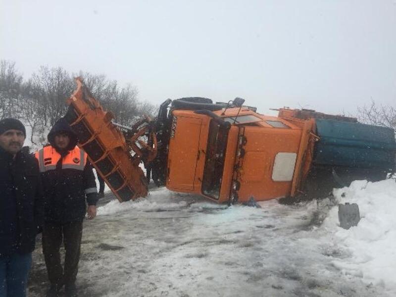 Kar temizliği yapılan araç devrildi, sürücü yara almadan kurtuldu