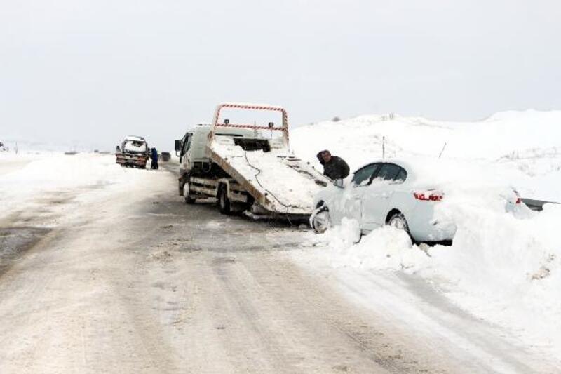 Tokat'ta karda kalan araçlar kurtarıldı