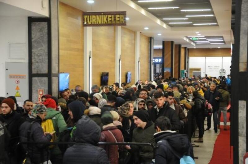 Uludağ'dan dönmek isteyen 2 bin kişi, 'teleferik' kuyruğuna girdi