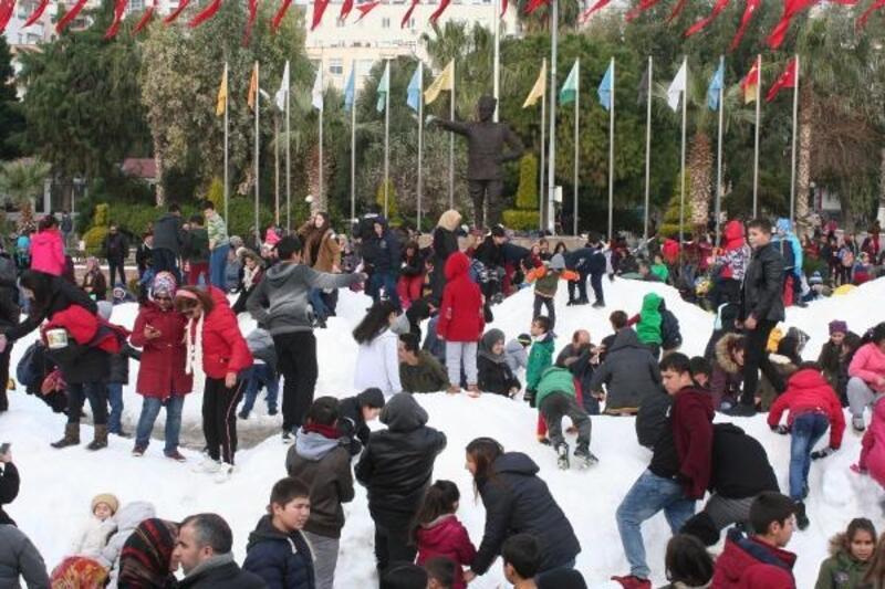Erdemli'de çocuklara karne hediyesi 50 kamyon kar