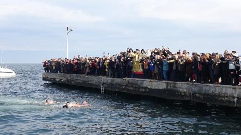Denize haç atılırken ezan okununca, Bartholomeos törene ara verdi