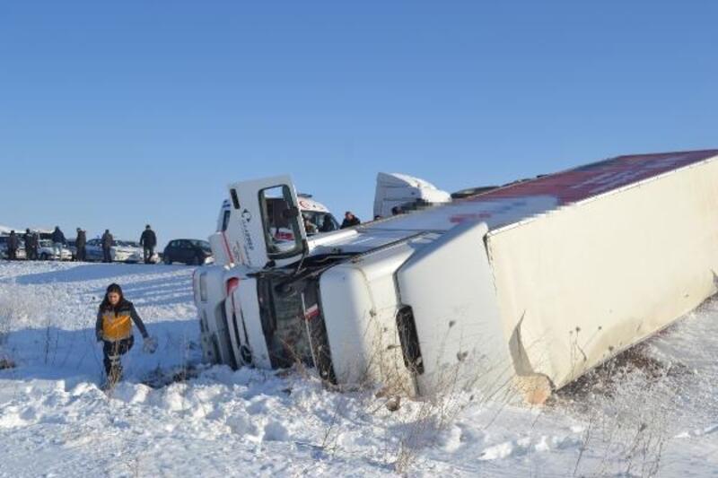 Buzlanan yolda 5 araçlı zincirleme kaza: 2 yaralı