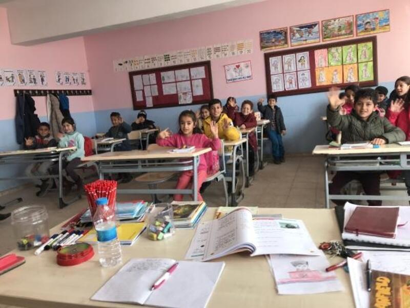 Balıkesir'den Derik'teki öğrencilere kırtasiye ve giysi