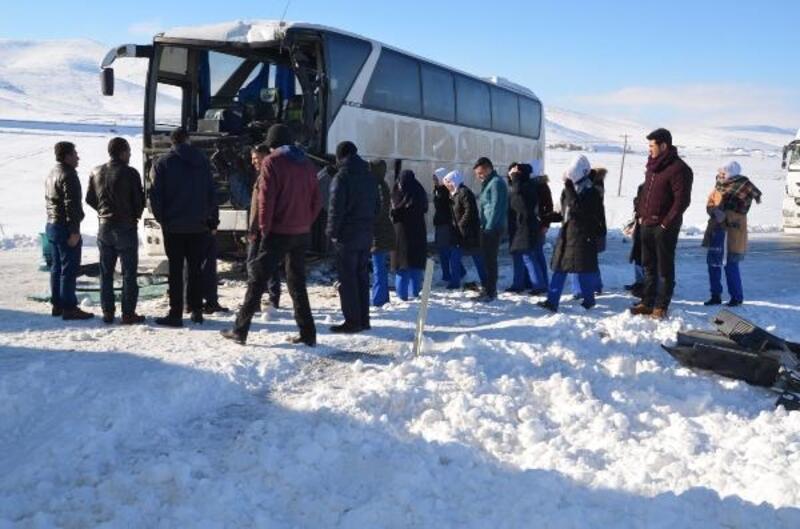İşçi servisi, buzlanma nedeniyle kayan TIR'a çarptı: 5 yaralı
