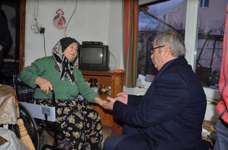 Başkan Özacar, yürüme zorluğu çeken kadına tekerlekli sandalye hediye etti