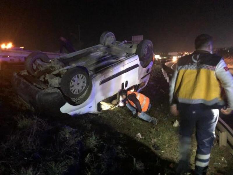 Takla atan hafif ticari araçtaki 2 kişi yaralandı