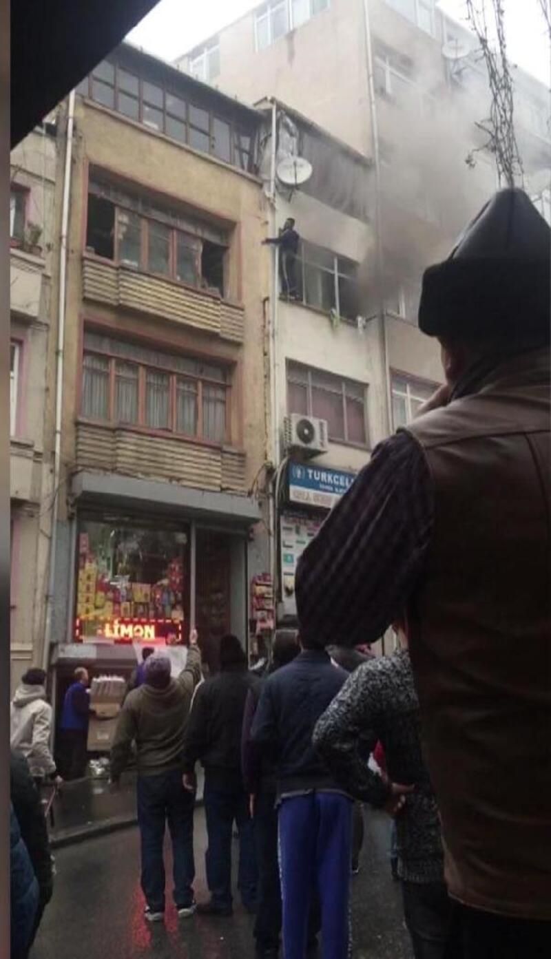 Fatih'te can pazarı kamerada... Pencereye çıkanlar ip ve merdivenle kurtarıldı