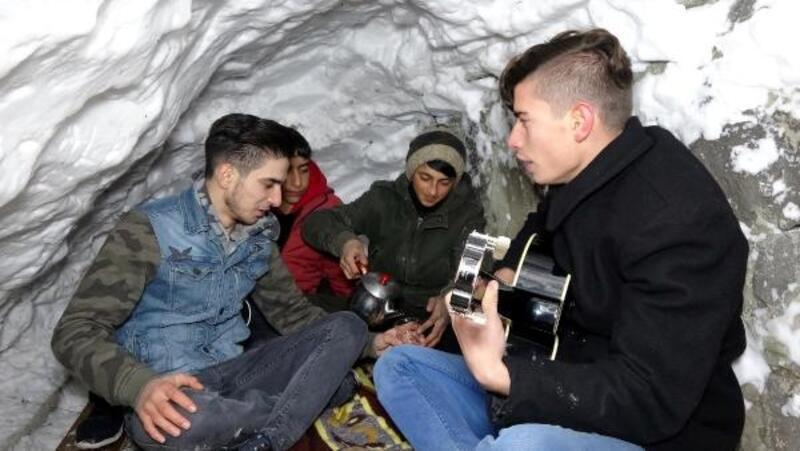Kardan evde çay içip, şarkılar söylüyorlar