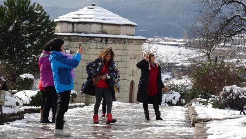 Safranbolu'da Çinli turistler kar topu oynadı