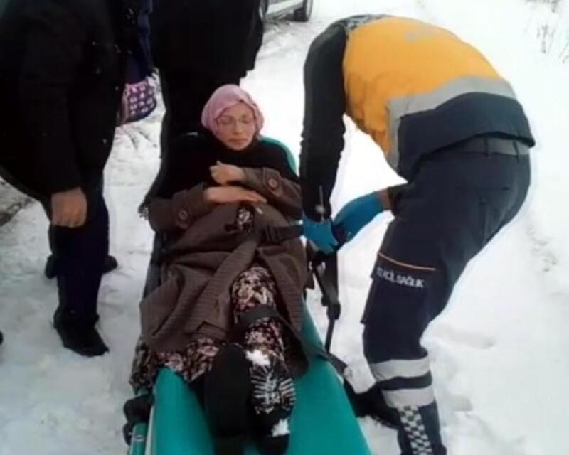 Yol açılarak hastaneye ulaştırıldı, kız bebek dünyaya getirdi