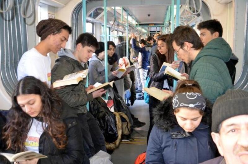 'Kitap Avcıları' tramvay ile Sultanahmet'e gitti