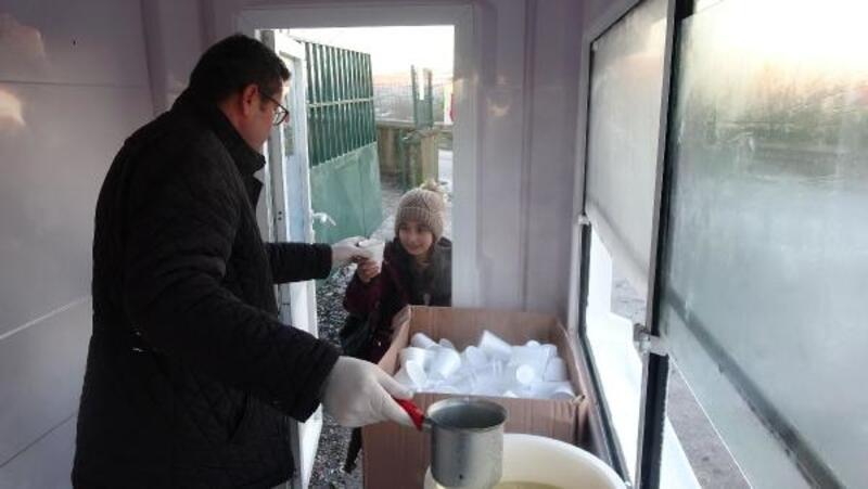 İlkokul öğrencilere her sabah sıcak çorba dağıtıyor