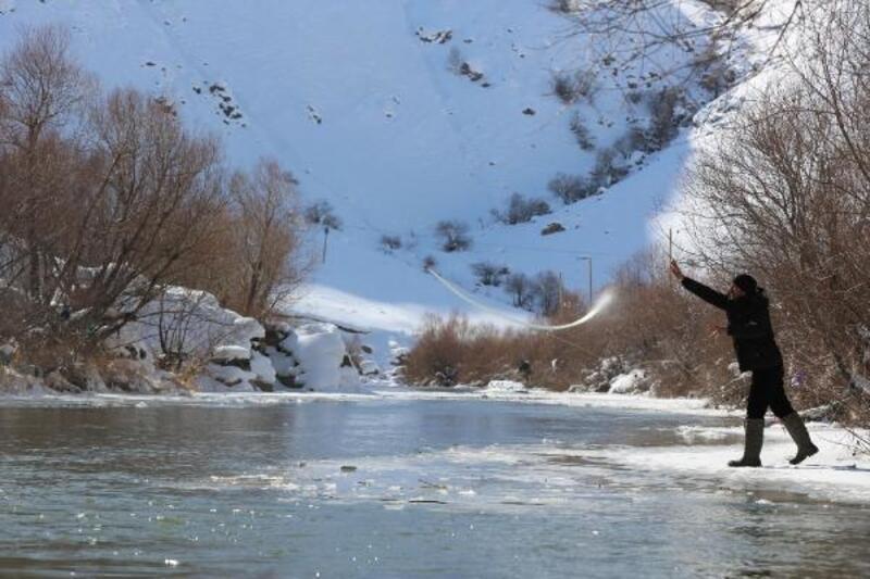 Yüksekova'da eksi 20 derecede balık avı