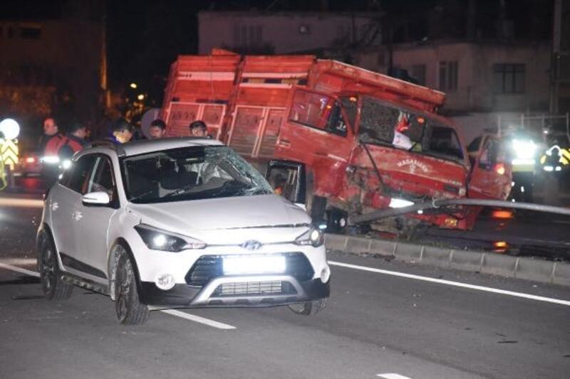 Mersin'de kamyon ile otomobil çarpıştı: 4 yaralı