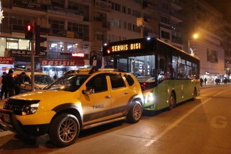 El freni çekilmeyen taksi, yolcu otobüsüne çarptı