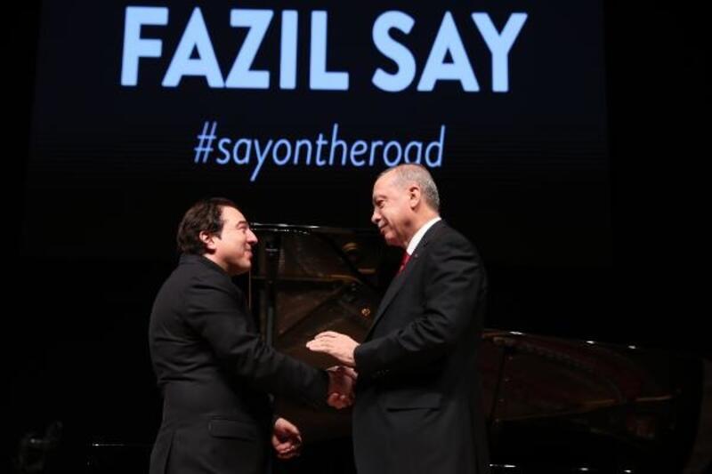 Cumhurbaşkanı Erdoğan konser sonrası Say'a, Aşık Veysel'in plağını hediye etti